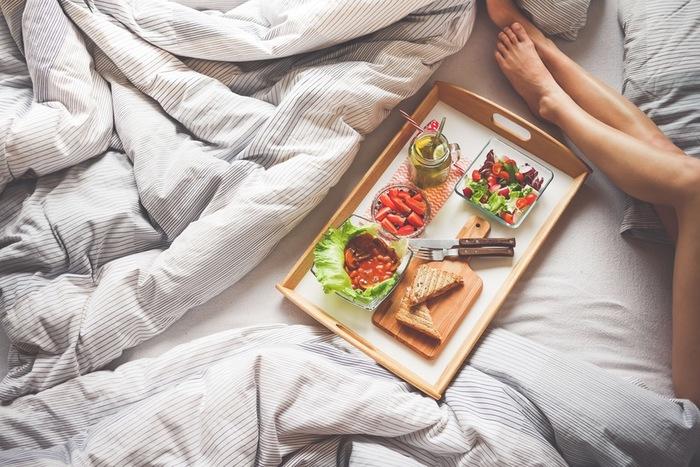 """人間のストレスには「食べ物」も大きく関係していると言われています。よく""""カルシウム不足になるとイライラする""""と聞きますよね。実はカルシウム以外にも、ビタミン・タンパク質といった栄養素も心の健康には必要なんです。「最近、何だかイライラする…」と感じた時は、ぜひ食事の栄養バランスを見直してみませんか?"""