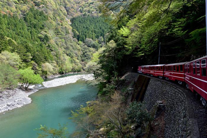 こんなに素敵なコバルトブルーの水面の上を颯爽と走る鉄道。乗ってみたくなりませんか?