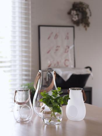 お庭の葉っぱをカットして、小さなグラスに生けるだけでも瑞々しい生命力を感じることができます。素敵な花器があるとさらにモチベーションが上がりますね。