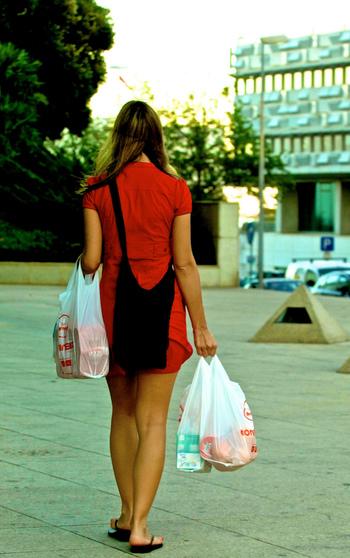 例えば、スーパーなどで目的とは違うものを買ったりしていませんか?新商品が出ていたり、お買い得商品があったり…買うべきもの以外にも無意識に手を伸ばしてしまいがちですよね。 そんな小さな数百円のお買い物も、「ラテマネー」になるかもしれないですよね。