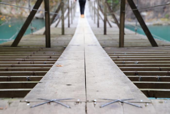 この細い真ん中の板の上を歩きます。スリリングですよね!!でも隙間があるから真下のエメラルドグリーンが堪能できるのです。結構揺れます。怖がりさんでも頑張ってみましょう。安定感はあるので大丈夫!