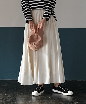 長め丈のスカートは程よく脚を隠してくれます。足首だけを出して細さを演出♪