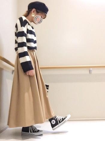 スカート以外のアイテムを白と黒で統一していてオシャレ。カジュアル&ガーリーなのに脚も隠せる、優秀スニーカーコーデ♪