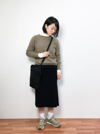 ニットとスニーカーの色合いを統一して、スカートとバッグを黒でまとめた優等生風コーデ。靴下でいろいろ遊ぶのも楽しいですね。