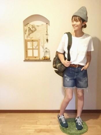 美脚効果を狙うなら、スニーカーは素足で履いているようにスタイリングしましょう。 アンクルソックスやヌードカラーストッキングを合わせて。
