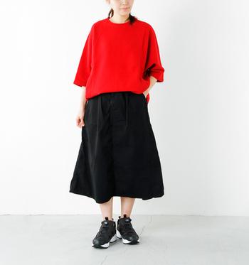 ふんわりAラインに広がるフレアスカートは、そこからのぞく脚をほっそり見せてくれる効果が◎ 黒のスニーカーなら、印象がぐっと引きしまります。