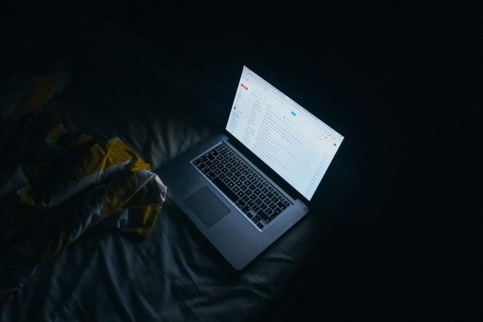 携帯やPCのスクリーンのブルーライトによって、脳が覚醒され寝つきが悪くなります。寝つきが悪くなる=早起きできない・・ということです。携帯やPCでゲームをしたかったら、朝活でどうぞ!