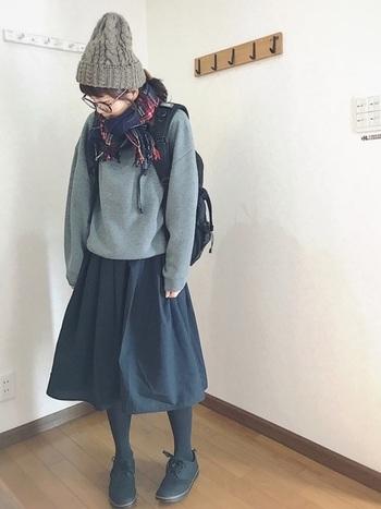 冬のスッキリ美脚コーデ。足元が重めの分チェックのマフラーやニット帽で少し軽さを出してバランスよく。