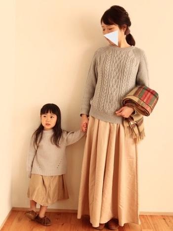 優しい『グレー』のセーターと『ベージュ』のロングスカートのリンクコーデ。ナチュラルなあたたかな雰囲気たっぷりです。