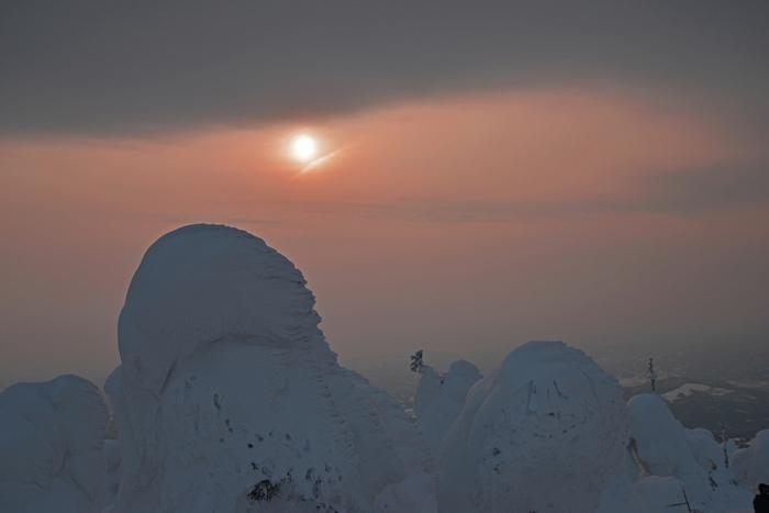 日中の明るい太陽のもとで見る樹氷はまぶしいほど白く、輝かしいものですが夕暮れにみる樹氷も雰囲気があってとてもきれいです。2017年は3月5日まで樹氷のライトアップも行われます。日中とは全く違う樹氷、どちらも見て比べてみるのもおすすめです。