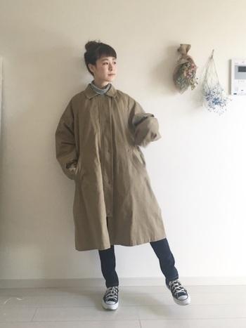 ボリュームのあるコートを合わせるなら、スリムなシルエットのスキニーデニムをチョイス!髪もまとめて小顔効果も狙いましょう。