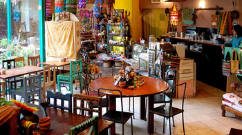 広い店内には、インドやスリランカから調達された雑貨がちりばめられています。奥では雑貨やアクセサリーの販売コーナーも。