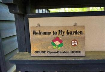 """こちらのプレートが""""見学OK""""の目印。お寺やレストランから個人宅まで、オープンガーデンは130軒あまり。"""