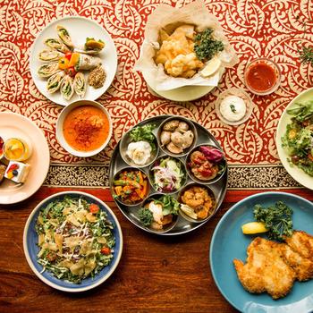 店内で使用される食器に、現地の食器が使用されることもしばしば。