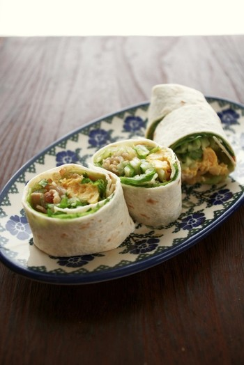 市販のトルティーヤ生地を使った春巻きは、好みの具材や野菜をたっぷり入れて、サンドイッチ感覚の手軽なお弁当。