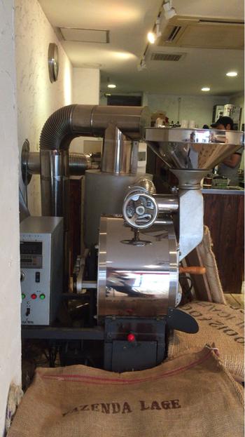 店内には存在感のある大きな焙煎機が。豆が入っている麻袋も置いてあって、専門店という感じですね!コーヒーの良い香りでいっぱいです。