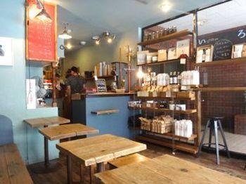 爽やかなブルーが基調の店内はどこか温かくて、会話も弾む和やかな時間が流れています。コーヒー豆などの商品がキレイに並んでいます。レジ横にある大きな水出しアイスコーヒー用の器具が目を引きます。
