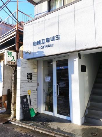 住宅街に佇む白が基調のコーヒー専門店。