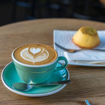 カプチーノやラテよりもミルクが少なめでエスプレッソの風味が強い、ニュージーランドではメジャーなフラットホワイトが人気だそう☆