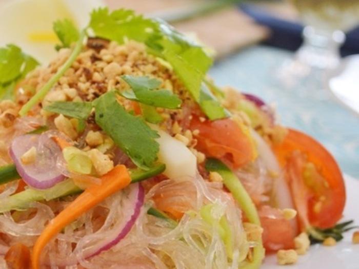 混ぜるだけで簡単な春雨サラダ。ピリ辛なタイの「ヤム・ウンセン」風にすれば、ひと味違った春雨サラダになりますよ。 冷たく冷やして食べるので、たくさん作って冷蔵庫にストックできます。