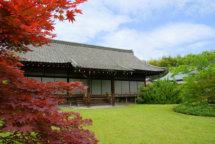 地下鉄東西線小野駅から徒歩6分ほどの所にある勧修寺は、氷室池を中心とする大きな庭園が魅力です。地下鉄からアクセスが良いですが、京都中心部からは少し離れているため、あまり混雑せずゆっくりと紅葉を見ることができます。