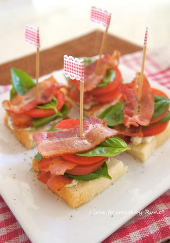 トーストしたパンに具材を載せたピンチョスは、ブランチにもピッタリ。ピックの飾りで可愛らしく盛り付けて。
