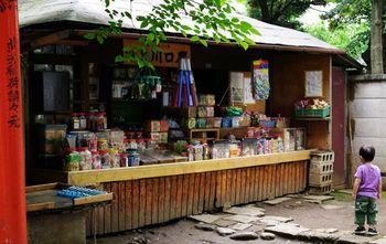 境内に「上川口屋」という駄菓子屋さんがあります。近所の子供や、ふらっと散歩に来た人まで立ち寄るスポット。昔、良く食べていたお気に入りの駄菓子があるといいな。