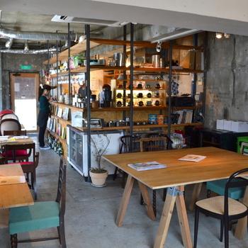 店内の座席には、子供用も。コンクリート打ちっぱなしの壁、木の素材を多く使ったインテリアから温かさを感じます。