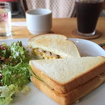 珈琲と合うサンドイッチ、ワインと合うサンドイッチを用意。ランチタイムから、ワインもおいてあります。