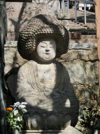 「五劫思惟阿弥陀仏(ごこうしゆいあみだぶつ)」という、まるでアフロヘアーのような頭の仏像が大人気です。紅葉ももちろんおすすめですが、金戒光明寺に行かれる際は、ぜひこの仏像さまもチェックしてみてください。