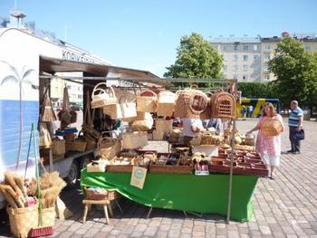 フィンランドでは外のマーケットにもずらりと並ぶくらい、白樺のカゴや雑貨は身近な存在です。