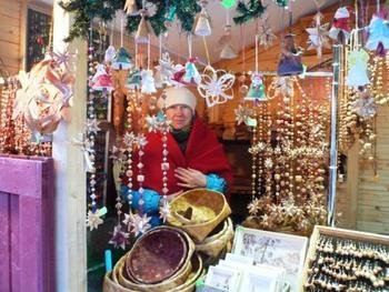 こちらもフィンランドのマーケットの様子です。奥の女性は白樺の籠職人さんです。