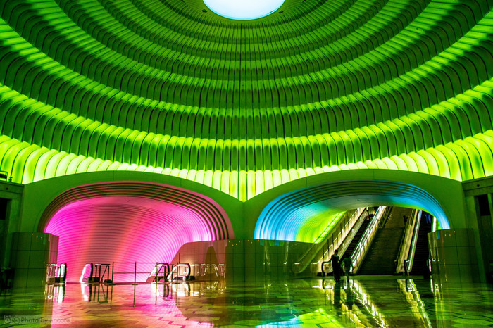 館のエントランスの円形ホールは、未来的な印象を受ける空間が広がります。