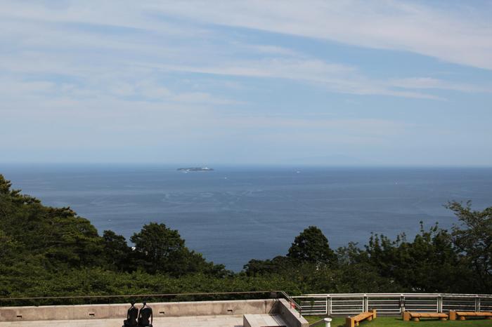 300mほどの高台にとっても立派な建物がどっしりと構えています。美術館からの眺めも伊豆大島や海が広がっていて、まるで1枚の絵画のようです。