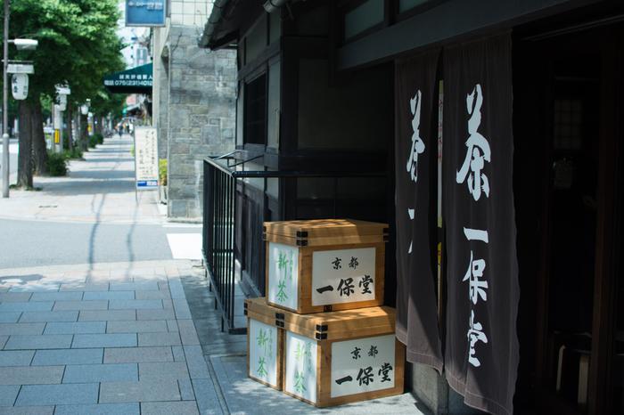 京都を代表する名産品のひとつが、「お茶」。和の文化が発達してきた京都には、もちろんお茶の老舗が複数存在します。 そのなかでも特におすすめなのが「一保堂」です。創立はもとを正せば享保2年(1717年)。300年近い歴史をもっています。