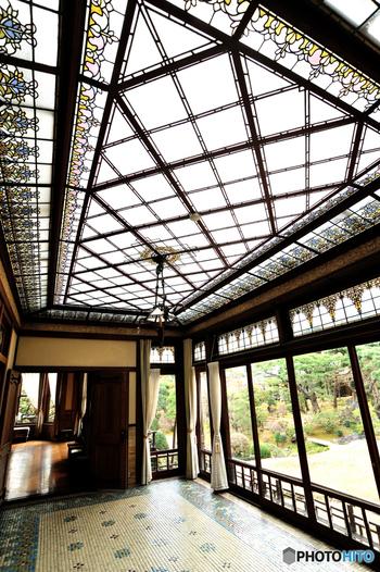 アールデコ様式が垣間見れる、サンルーム。細かな装飾も美しい。 和洋折衷の大正~昭和にかけてのレトロな面影が残っていて当時を偲ばせます。
