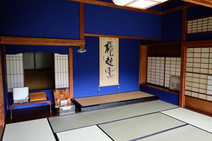 座敷の壁の鮮やかなブルー。実はこれは、後になって塗り変えられたのだそうですが、畳の縁と色があっていて意外としっくりくるんです。