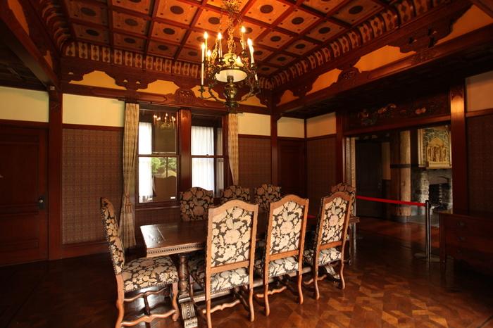 ヨーロッパのデザインを基にした洋館「玉姫」(たまひめ)の天井には、日本の神社・仏閣に見られる建築様式が用いられています。唐草模様の彫刻もアジアを彷彿とさせるデザインです。