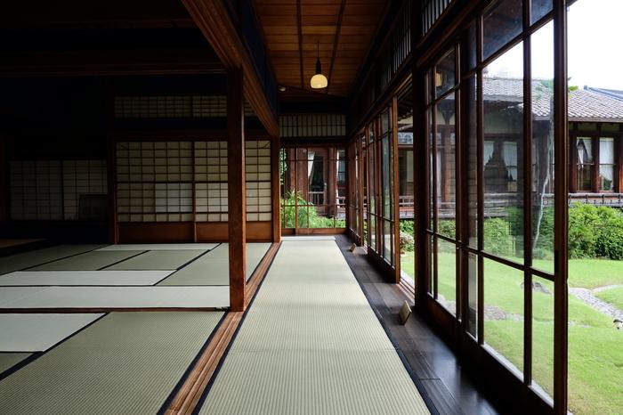 美しい日本家屋の本館(和館)と離れの洋館とで構成され、熱海駅から徒歩20分とは思えない緑豊かな庭園も見どころの一つです。 和館の座敷、畳廊下の窓ガラスには職人によって一枚一枚流し込んで作られた「大正ガラス」が今も残っています。