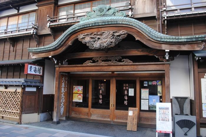 東海館の玄関口です。唐破風の木彫りの装飾が堂々としていて重厚感がありますね。昔の建物って本当に素敵。いつまでも残しておきたいですね。