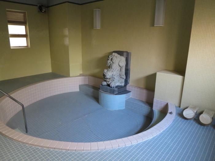 床から壁まで前面タイル張りの大浴場です。黒錆色の唐獅子は、地元出身の彫師・森田東光作によるものだそう。土、日、祝日は立ち寄り湯として入浴も可能なんだそうです。 漫画「テルマエ・ロマエ」に登場する「伊藤温泉 東林館」のモデルにもなったんですって。入ってみたい・・・。