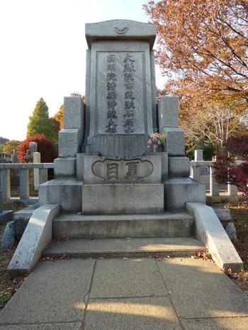 夏目漱石、小泉八雲、泉鏡花…かなりの著名人のお墓があります。国語の教科書でしか目にしたことのないお名前も多いかも。これを機会に、お参りした方の小説を読むのもいいですね。