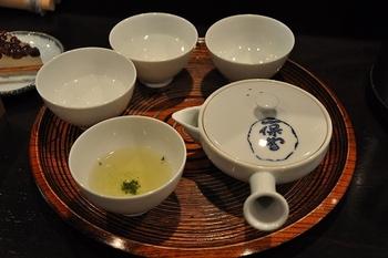玉露で「天下一(てんかいち)」「麟凰(りんぽう)」、煎茶で「嘉木(かぼく)」「芳泉(ほうせん)」等など、種々の銘茶が用意されています。