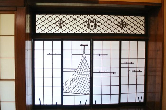 この組み木の美しい建て具!書院造りの部屋の障子と欄干です。これだけでも芸術だとは思いませんか?他にもいたるところにこのように凝ったディテールがたくさんあります。日本の美を堪能してください。