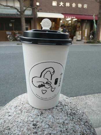カップでこれを持って京都散策すれば、ペットボトルやコーヒーを持ち歩くよりちょっと「粋」な気がします。のテイクアウトも行われています。デザインが和モダンでお洒落。