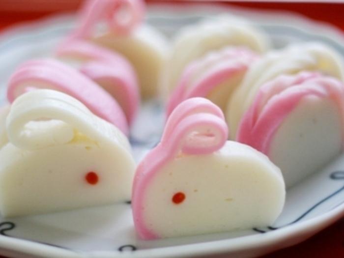 おせち料理では、色んな飾り切りで盛り付けられるかまぼこ。お耳をつけたピンクと白のウサギは、行楽のお弁当にもピッタリです。