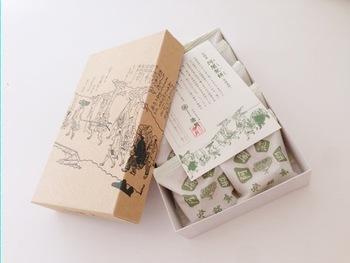 全国には、今も人気の「伝統銘菓」が数多くありますが、今記事では、京都市内で人気の7つの伝統銘菓を取り上げ、紹介します。  紹介するのは、  1.「烏羽玉」/亀屋良長 2.「松風」/亀屋陸奥 3.「味噌松風」/松屋常盤 4.「どら焼き」/笹屋伊織 5.「清浄歓喜団」/亀屋清永  6.「阿闍梨餅」/満月 7.「唐板」/水田玉雲堂  紹介する伝統銘菓はどれも素朴ながらも、奥深い味わいです。新しいスタイルの和菓子も見目麗しく美味しいものですが、時折無性に味わいたくなるのは、やはりこれから紹介するような伝統銘菓。ご存じない方は、ぜひこの機会に賞味して、和菓子の奥深い魅力を味わって下さい。  【画像は、『京菓子司 満月』の代表銘菓「阿闍梨餅」】