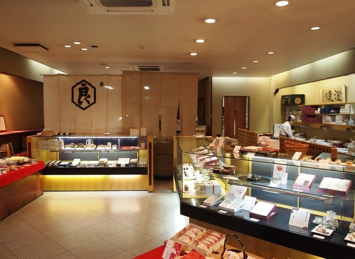 『亀屋良長』は、江戸期に京菓子の名門と謳われた『菓子司・亀屋良安』から暖簾分けした菓子司。四条醒ケ井(さめがい)で創業し、以来この地で営業を続けています。