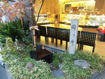 この老舗の味を守るのは、伝統製法や職人、小豆や餅米といった良質の原材料。そして、「水」。  和菓子は繊細な食べ物。粗雑な水では、繊細な味わいを生み出すことはできません。小豆や餅米等の浸水から、炊きあげるまでには多くの水を使います。  京都は良質で美味しい水が湧く地としてよく知られていますが、『亀屋良長』では、店先の井戸からこんこんと湧き出る名水「醒ヶ井水」を菓子作りに使っています(一時は枯渇しましたが、現在は復活しています)。初代が良質な水を求めたがゆえに、この地に創業したと伝えられています。