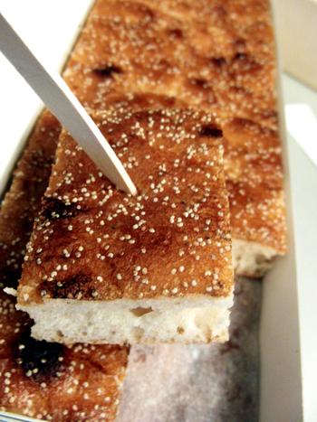 京都では定番の「松風」。  その元祖が、ここ『亀屋陸奥』の「松風」。粗糖・麦芽・白味噌を練り込んだ生地を発酵させ、大きな円形の鍋で丸く焼き上げています。  一見すると、パンのようなカステラのような雰囲気。しかし、その食味は外見とは異なり、醗酵から生まれる独特の食味があります。モッチリとして生地に粘りがあり、コシが強く、独特の強い香りがあります。弾力があるため、噛みしめるほどに、旨味や甘味が出てきて、癖になる美味しさがあります。  現在でも京都の定番銘菓として地元で愛されているのは、この「松風」独特の食感と風味にあるといえるでしょう。